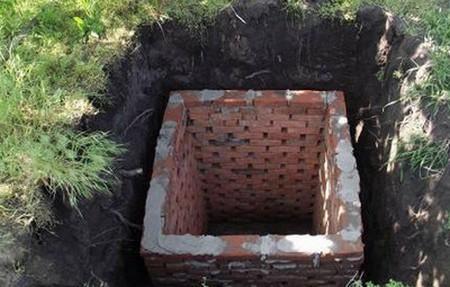 Кладка стен сливной ямы
