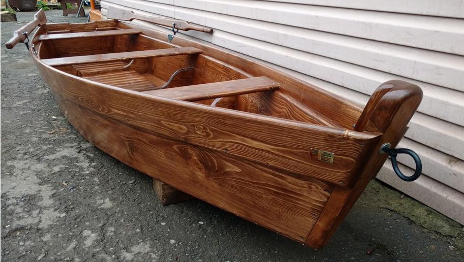 Лодка обработанная лаком