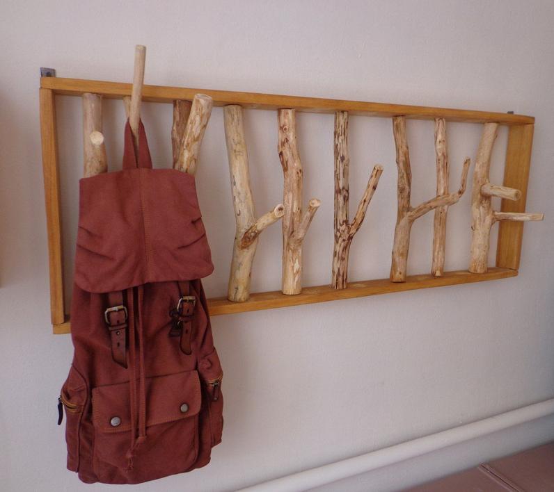 Вешалка с деревянными заготовками