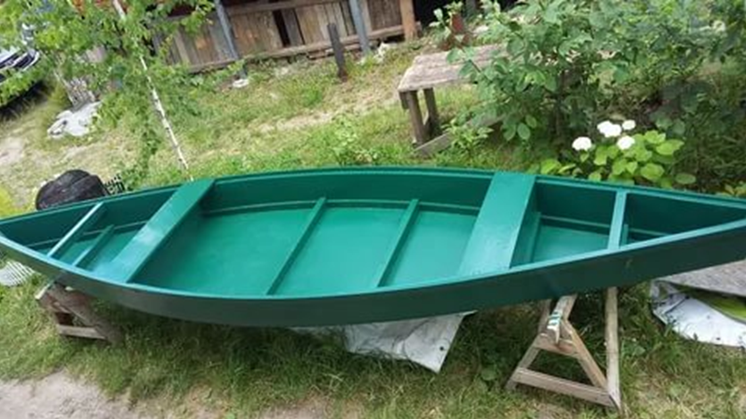 Окрашенная лодка
