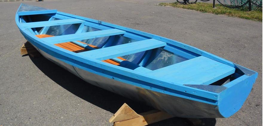 Лодка, готовая к рыбалке