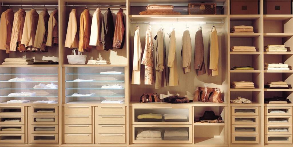 Шкаф, загруженный вещами