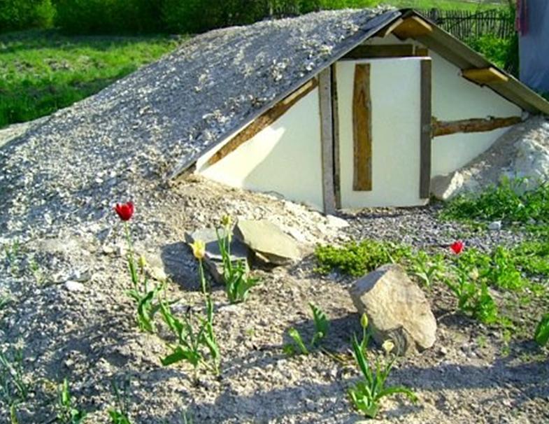 Погреб под небольшой крышей