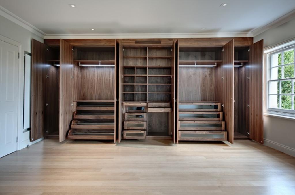Массивный шкаф