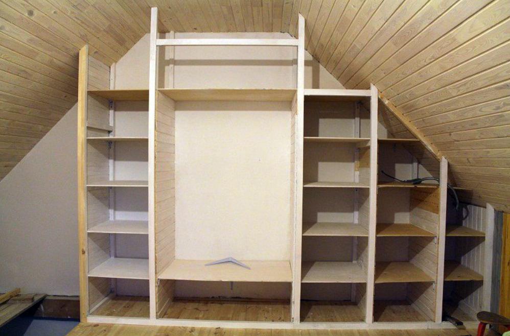 Шкаф на чердачном помещении
