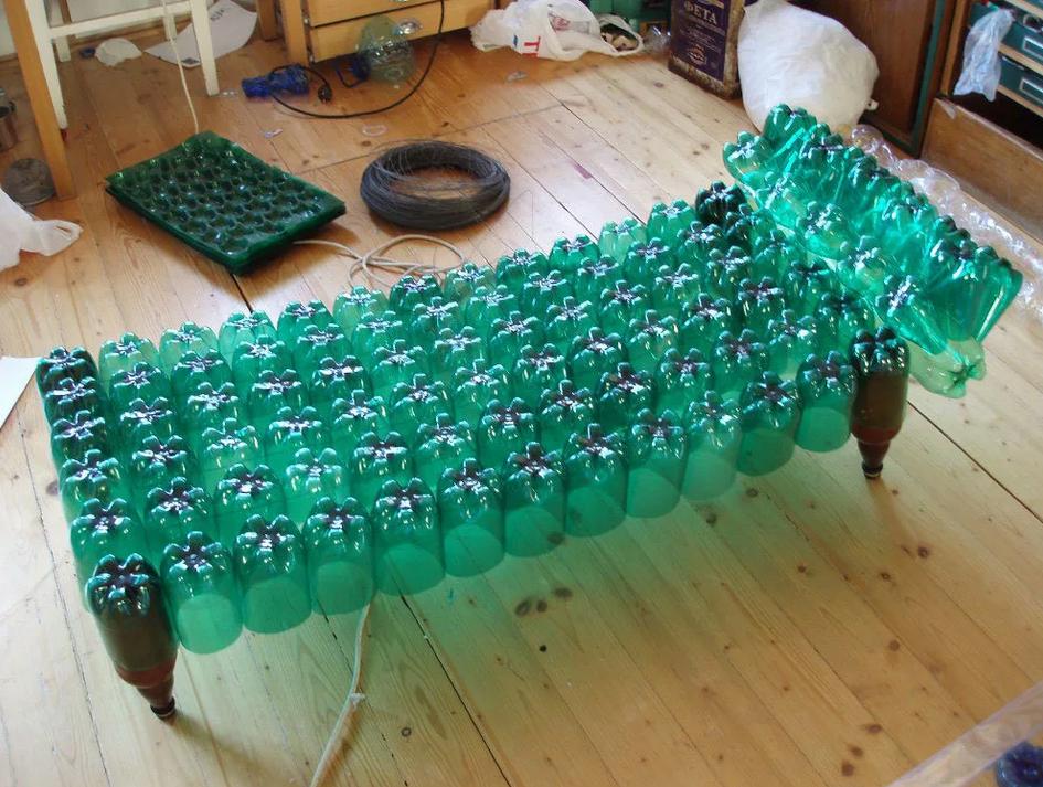Кровать из бутылок