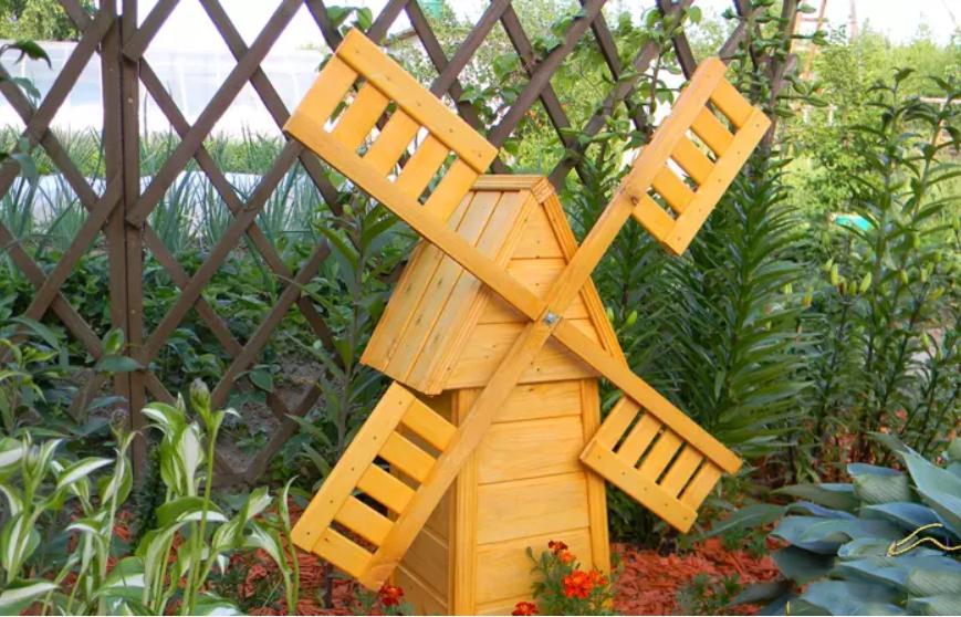 Деревянная модель на дачном участке
