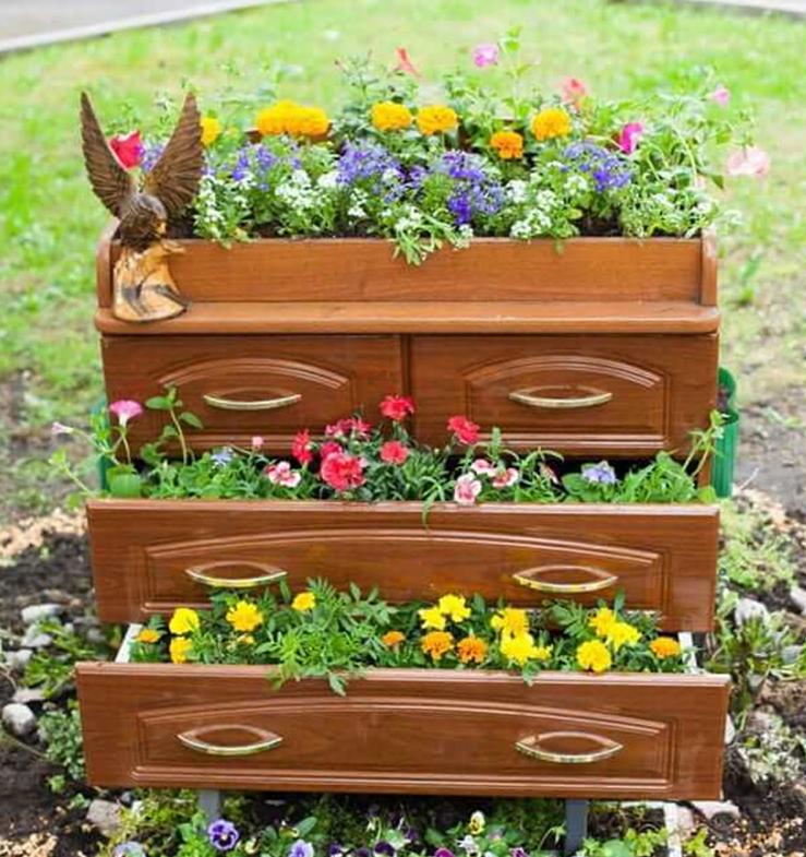 Старая мебель для цветов
