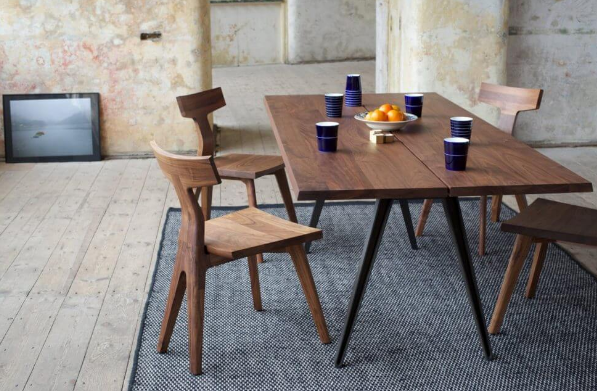 Стол и стулья в одном стиле