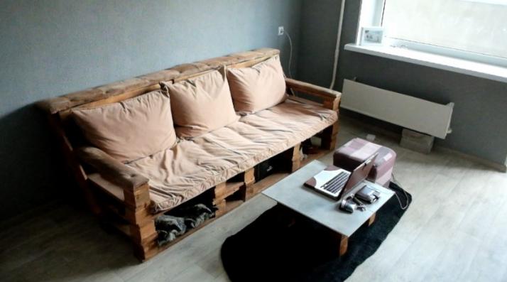 диван из поддонов с подушками