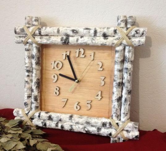 Часы в деревянном оформлении