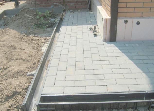 Отмостка из бетонной плитки
