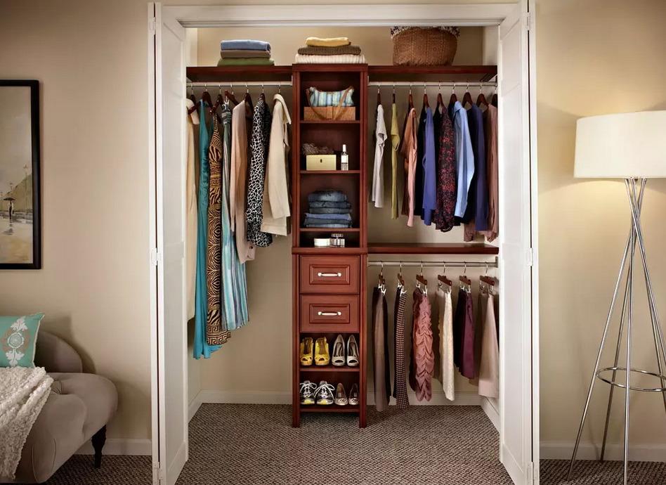 Комната с полками и шкафами