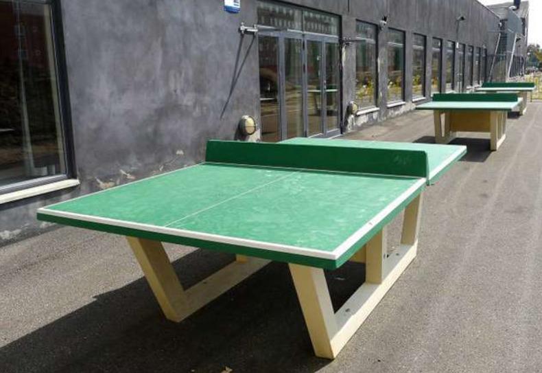 Несколько столов из бетона