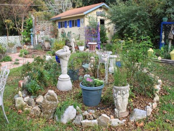 Рокарий со статуями