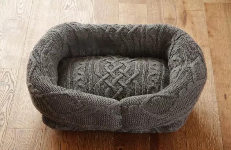 Лежак из свитера старого