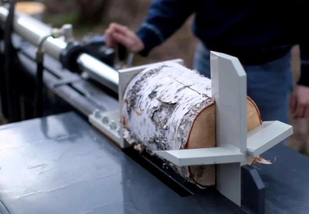 Процесс раскалывания дров